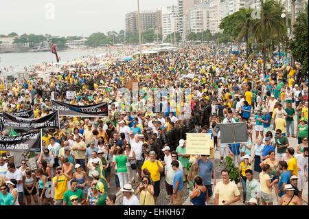 Los manifestantes llevan pancartas, Río de Janeiro, Brasil, el 15 de marzo de 2015. Manifestación contra la presidenta Dilma Rousseff.