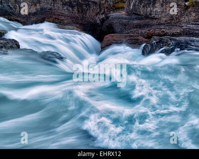 Río Kicking Horse y Puente Natural cae en British Columbia's Canadian Rockies y el Parque Nacional Yoho.