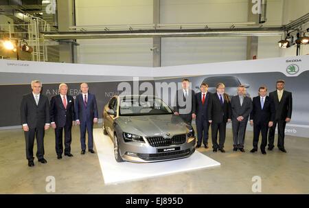 Desde la izquierda Miembro del Consejo de Administración para la producción Michael Oeljeklaus, Skoda Auto CEO Winfried Foto de stock