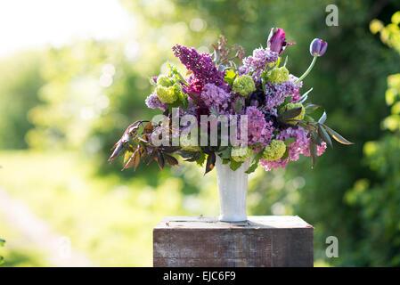 Bouquet floral de primavera con lilacs, tulipanes, Snowball, Bush hellebore y euphorbia