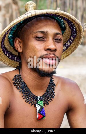Sudáfrica, África, Johannesburgo, Lesedi African Lodge & Cultural Village, basotho, tribu, ropa de vestir tradicional regalia nativa, negros negros