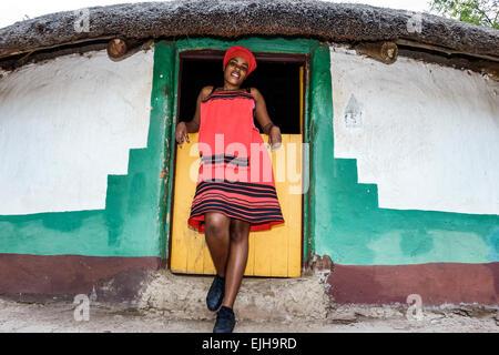 Sudáfrica, África, Johannesburgo, Lesedi African Lodge & Cultural Village, Xhosa, tribu, pueblo, Regalia nativa ropa de vestir tradicional, Negro