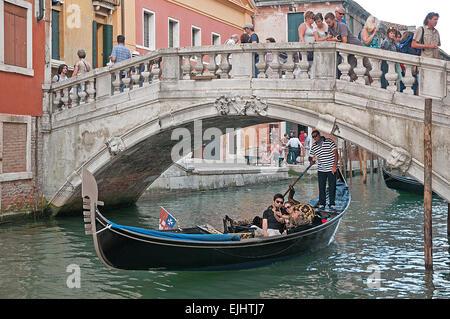 Joven pareja japonesa tomando una fotografía selfie en góndola por el Río de Palazzo de Canonica Venecia Italia Foto de stock