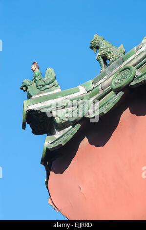 Figuras de cerámica tradicional en el techo del templo Lama, Pekín Foto de stock
