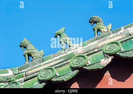 Tejado de cerámica tradicionales figuras del Templo Lama, Pekín Foto de stock
