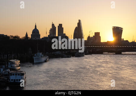 Amanecer sobre la ciudad de Londres, Inglaterra, Reino Unido