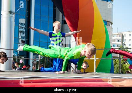 Región de Orenburg, Orenburg, Rusia, el 1 de junio, del año 2014. Los jóvenes acróbatas, participante acciones, practicar deportes, ser la primera Foto de stock