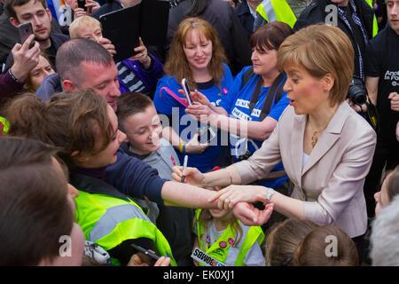 El Primer Ministro de Escocia, Nicola Sturgeon, rodeado por multitud de Glasgow Foto de stock