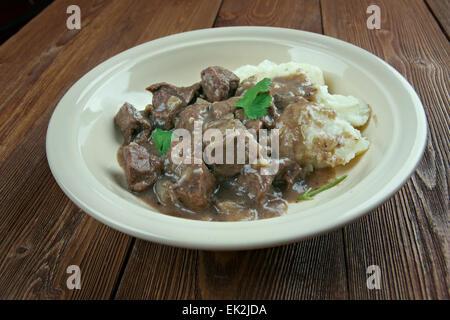 Hachee holandés - estofado de carne y cebolla. guiso tradicional holandés basado en trocitos de carne, pescado o pollo y verduras.