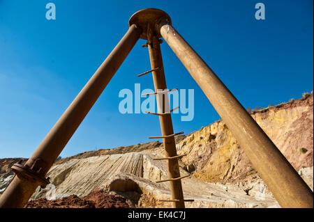 Se ha vuelto más factible para las operaciones mineras para procesar la vieja mina vuelca para el resto de oro que no ha sido extraído de la arena. El proceso de minería subterránea mucha mano de obra y costoso. Estas minas se vuelca atacó lejos con agua y la papilla de barro se canaliza a unos 40km de brakpan en el Rand oriental donde se procesa para llevar a cabo el resto de oro. pic delwyn verasamy