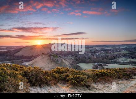 Hermosa espectacular amanecer sobre el castillo Corfe en Dorset Foto de stock