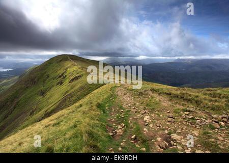 La vista horizontal a lo largo de la cima de gran Rigg cayó, Fairfield Horseshoe fells, Lake District National Park, Condado de Cumbria,