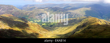 Vista sobre el paisaje del valle de Dovedale, desde la cima del risco Hart cayó, Fairfield Horseshoe fells, Lake District