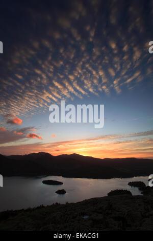 Sunset nubes sobre Derwentwater, Keswick town, Lake District National Park, Condado de Cumbria, Inglaterra, Reino Unido.