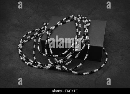 Cordones en blanco y negro sobre el fondo gris oscuro agrietado.