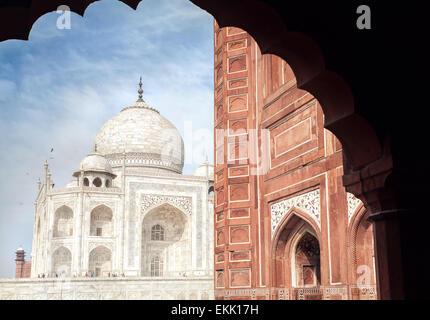 Taj Mahal tumba y mezquita en el arco en el cielo azul en Agra, Uttar Pradesh, India Foto de stock