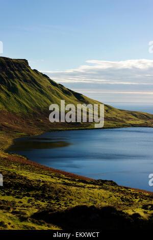 Vistas a Loch Mor hacia Waterstein Head cerca del faro de Neist Point en la Isla de Skye. Foto de stock