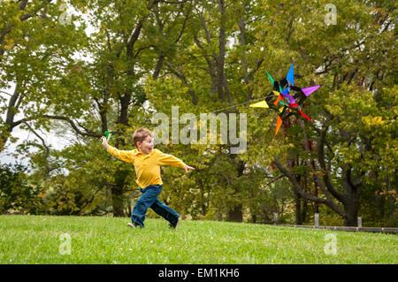 Niño corriendo con kite Foto de stock