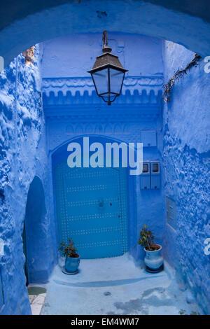 Casa Azul tradicional con puerta azul en la Medina de Chefchaouen (Chaouen), montañas Rif,Marruecos,Africa