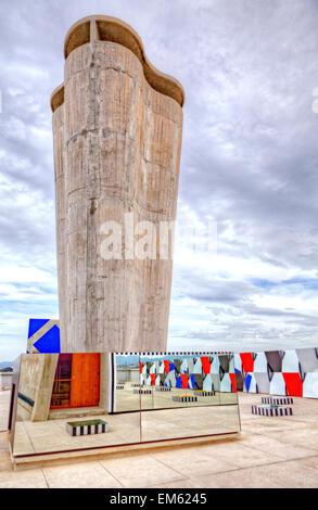 El artista francés Daniel Buren exposición ?Definición Fini Infini, Travaux In Situ? En el centro de arte de MaMo, Cité radieuse de Le Corbusier, Marsella.