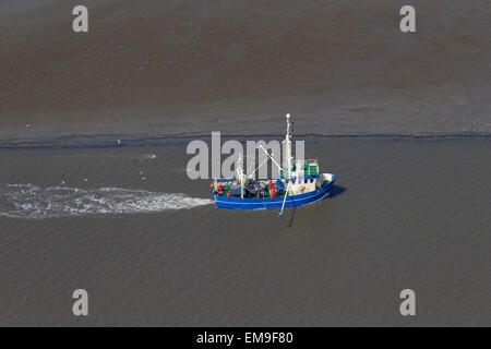 Vista aérea del barco arrastrero camarón azul la pesca de camarones, cerca de la playa en la costa