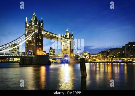 Por la noche, famoso puente de la Torre de Londres, Inglaterra Foto de stock
