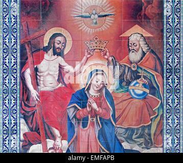 Jerusalén, Israel - Marzo 5, 2015: El mosaico de la coronación de la Virgen María en el atrio de la catedral armenia de Santiago