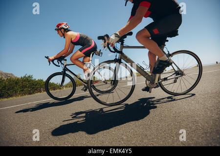 Captura la acción de las carreras ciclistas. Ciclista en bicicleta cuesta abajo en el país por carretera. Practicando para la competencia.