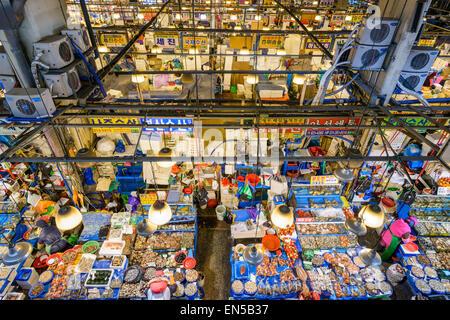 Vista aérea de compradores en el Mercado Mayorista Pesquero Noryangjin en Seúl, Corea del Sur.