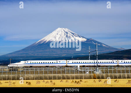 Un tren bala Shinkansen pasa por debajo de Mt. Fuji en Japón.