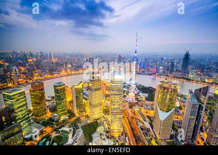 Shanghai, China el horizonte de la ciudad en el distrito financiero de Pudong.