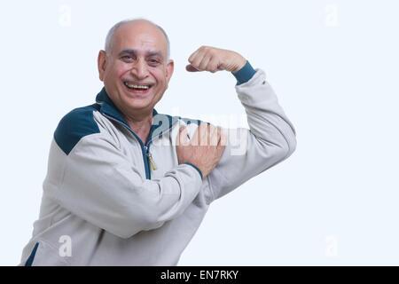 Retrato del hombre viejo lucir músculo