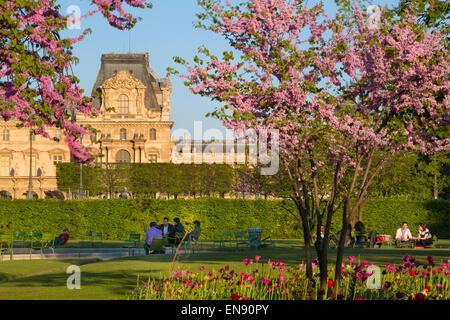 Los parisinos disfrutando del Jardín de las Tullerías en una tarde de primavera, París, Francia