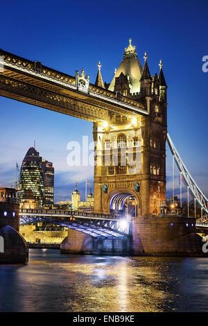 Por la noche, famoso puente de la Torre de Londres, Inglaterra
