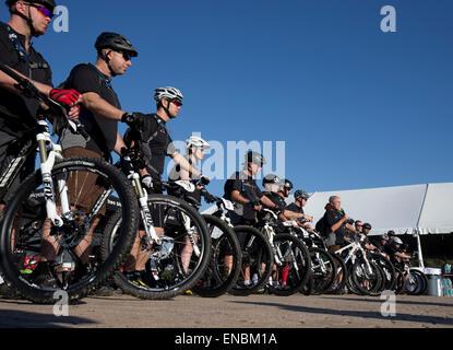 El ex presidente estadounidense George W. Bush habla en línea inicial del Instituto Bush's W100K en bicicleta en su rancho de Texas