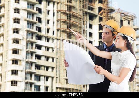 2 Ingeniero indio colega mapa de planificación del sitio de concentración de comprobación