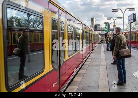 S-Bahn, el tren local, en Berlín, la estación Tiergarten, Foto de stock