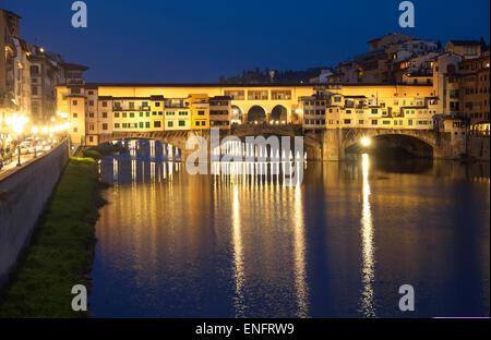 El Ponte Vecchio, el puente medieval del río Arno, Sitio del Patrimonio Mundial de la UNESCO, Florencia, Toscana, Italia