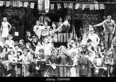 Día de la boda del príncipe Carlos y Lady Diana Spencer, 29 de julio de 1981. Foto: multitudes de bien intencionados se alinean en las calles de Londres. Foto de stock