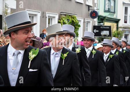 Helston, Cornualles, en el Reino Unido. 8 de mayo de 2015. Los participantes en el Baile de mediodía durante las celebraciones del Día de la flora anual para indicar el final del invierno es uno de los countrys más antiguos festivales.Kevin Britland/Alamy Live News