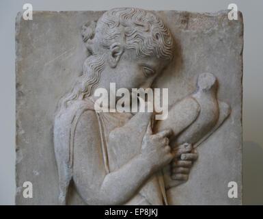 Estela grave de una niña. Griego, ca. 450-440 A.C. Se encuentran en la isla de Paros. Museo Metropolitano de Arte de Nueva York. Ee.Uu..