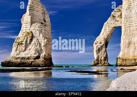 Francia, Normandía: Piedras y arcos en la boca L'aval en la costa de Etretát