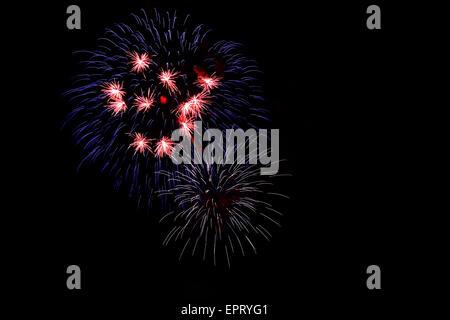 Fuegos artificiales en rojo, azul y blanco, los colores de fondo oscuro, gran símbolo de colores nacionales de EE.UU. y Francia.