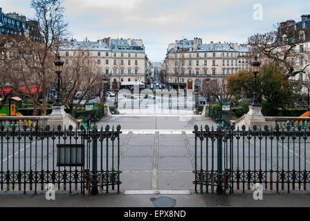 París, Francia - 15 de febrero de 2015: Street View de la Rue La Fayette, desde los escalones de la parroquia San Vicente de Paúl