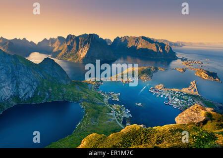 Las Islas Lofoten. Vista desde Reinebringen en las islas Lofoten, situado en Noruega, durante el verano, la puesta de sol.