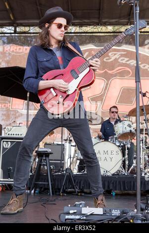 Irvine, California, USA. 16 de mayo de 2015. Músico James Bay actúa en directo con su banda durante el KROQ Weenie Roast y Fiesta en Irvine Meadows Amphitheater en Irvine, California © Daniel DeSlover/Zuma alambre/Alamy Live News