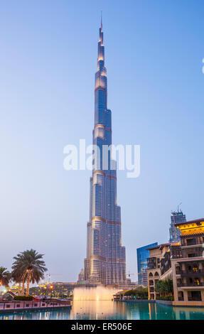 Buj Khalifa y fuentes iluminadas al anochecer, la ciudad de Dubai, Emiratos Árabes Unidos, EAU, Oriente Medio Foto de stock