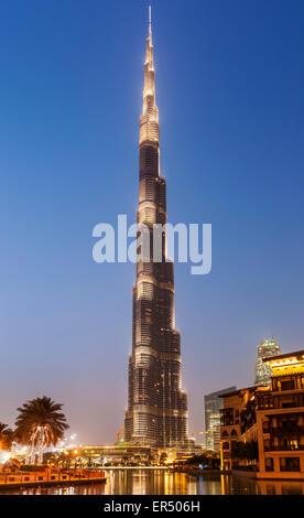 Buj Khalifa iluminado en la noche, la ciudad de Dubai, Emiratos Árabes Unidos, EAU, Oriente Medio Foto de stock