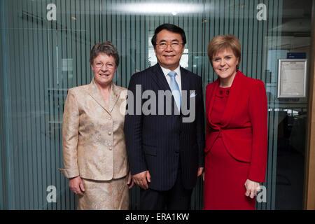Glasgow, Escocia, Reino Unido. 29 de mayo de 2015. El Primer Ministro de Escocia, Nicola Sturgeon MSP (derecha), se ilustra con el Presidente de la Academia China de Ciencias, el profesor Bai Chunli (centro), y el Presidente de la Real Sociedad de Edimburgo, Dame Jocelyn Bell Burnell (izquierda), en ocasión de la visita del Profesor Bai a Escocia durante los cuales fue inscrito como miembro honorario de la Sociedad Real de Edimburgo. Crédito: Gary DOAK/Alamy Live News Foto de stock