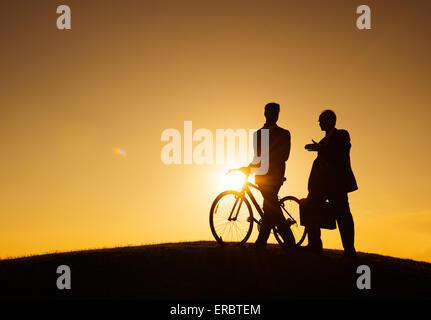 Dos hombres de negocios, caminar a lo largo de la colina